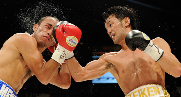Shinsuke Yamanak (r) defends his WBC bantamweight title for the eighth time